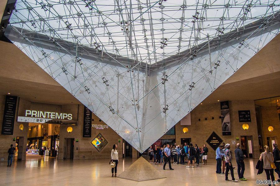 داخل موزه لوور پاریس