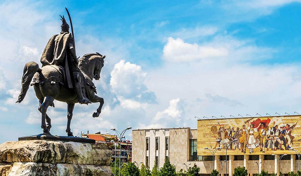 میدان اسکندر بیگ واقع در تیرانا آلبانی