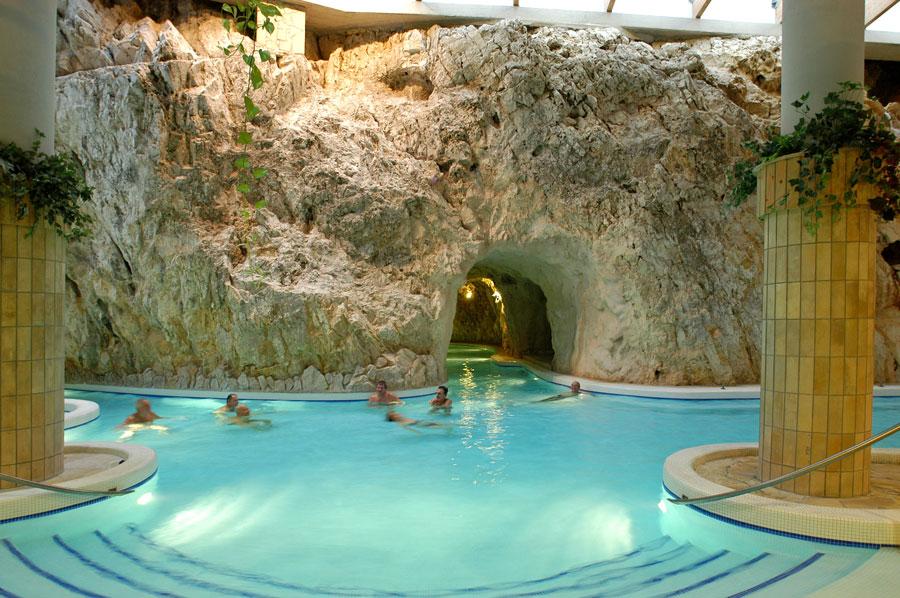 حمام غار در میشکولس تاپولسا