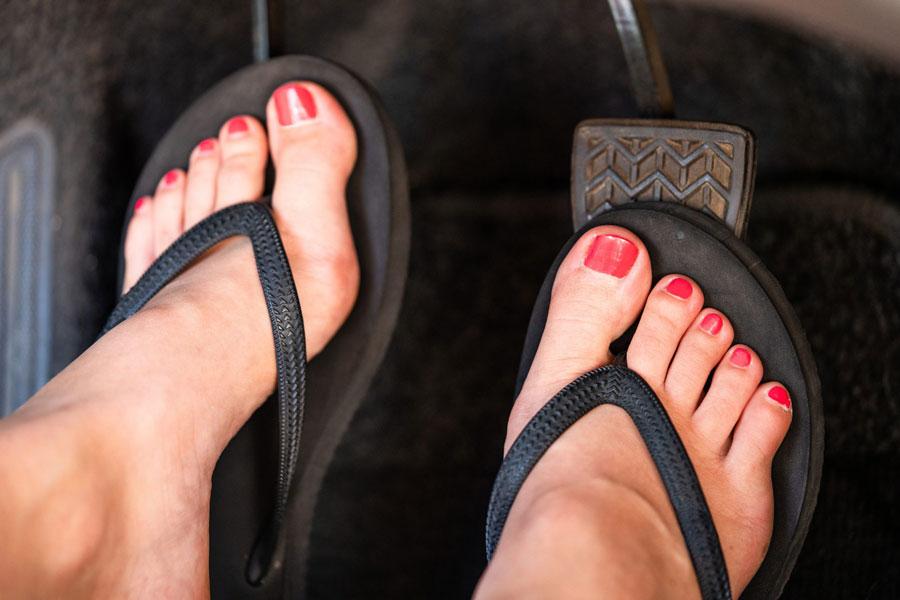 موقع رانندگی پوشیدن صندل یا دمپایی بند انگشتی ممنوع است